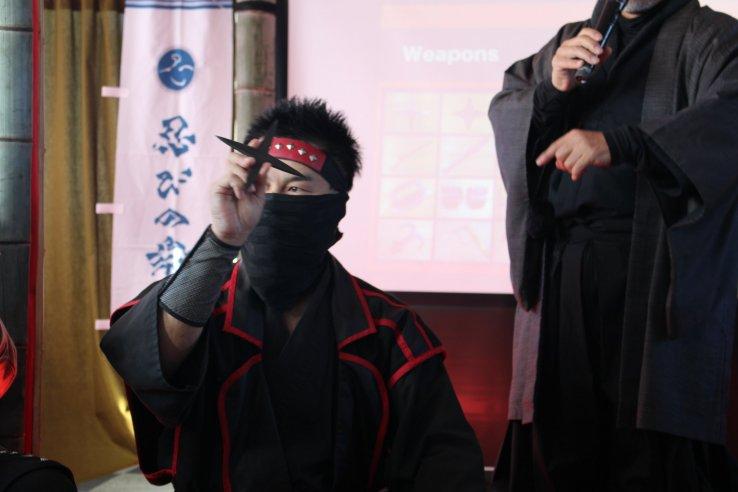 Pertunjukan ninja melempar bintang, 'shuriken'
