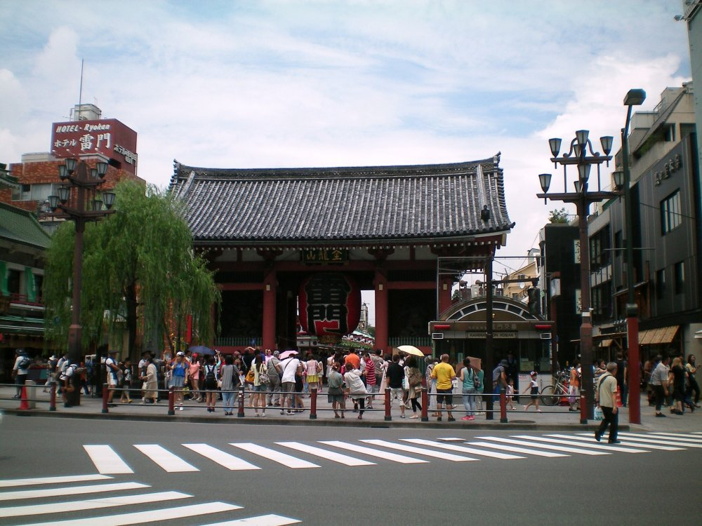 People At Kaminarimon Gate Sensoji Temple Tokyo Stock Photo ...